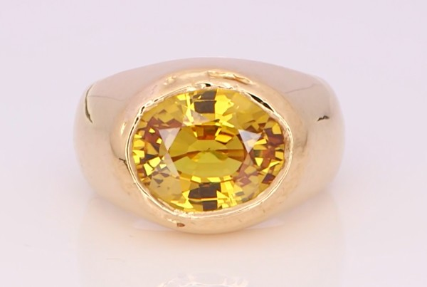Golden Emerald Placed In A Golden Ring